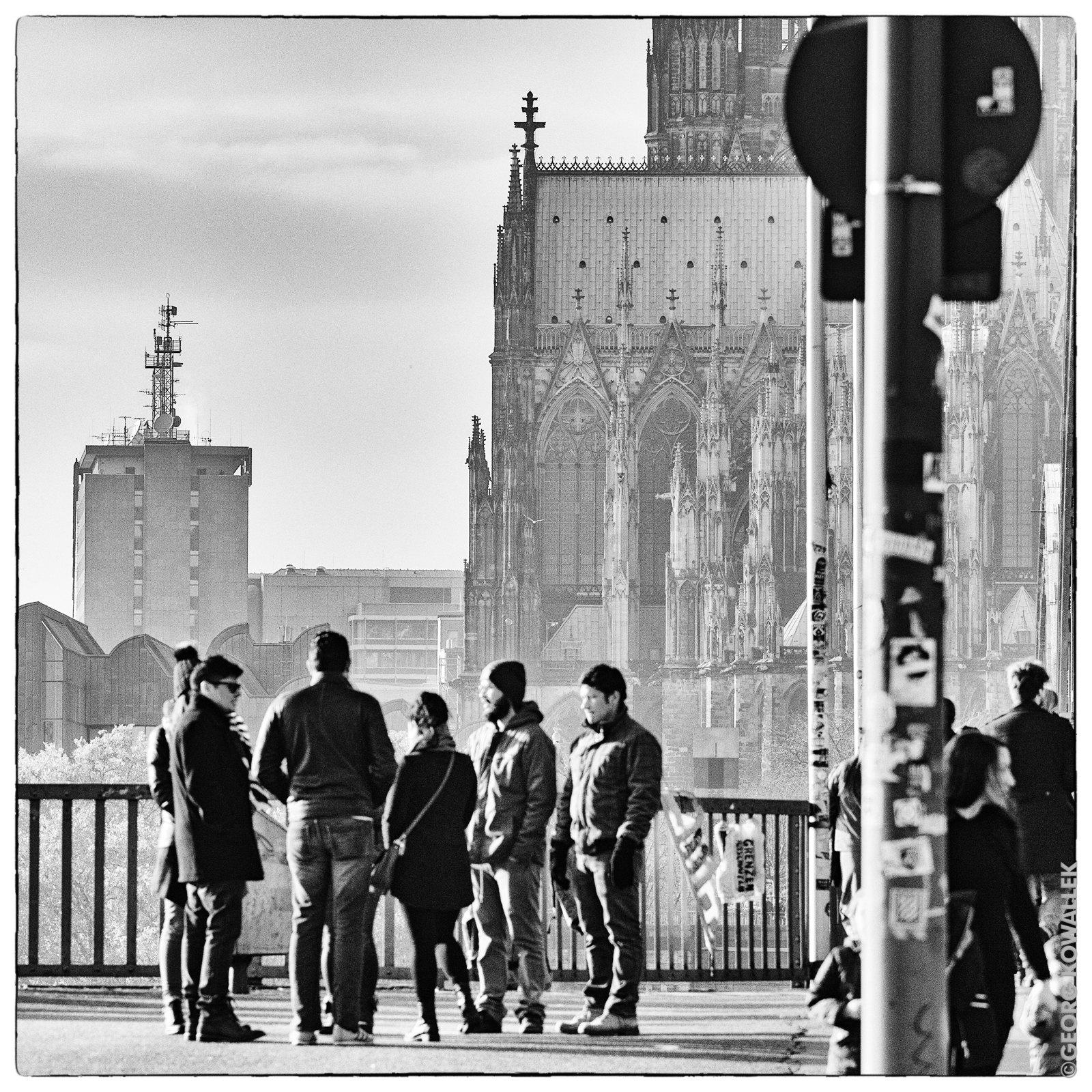 Blick vom rechten Rheinufer auf WDR-Archivhaus, Dom, Hohenzollernbrücke und Leute.